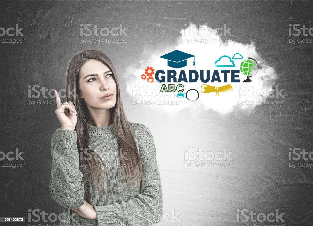 Eftertänksam kvinna i grön pekar uppåt, examen - Royaltyfri Affärskvinna Bildbanksbilder