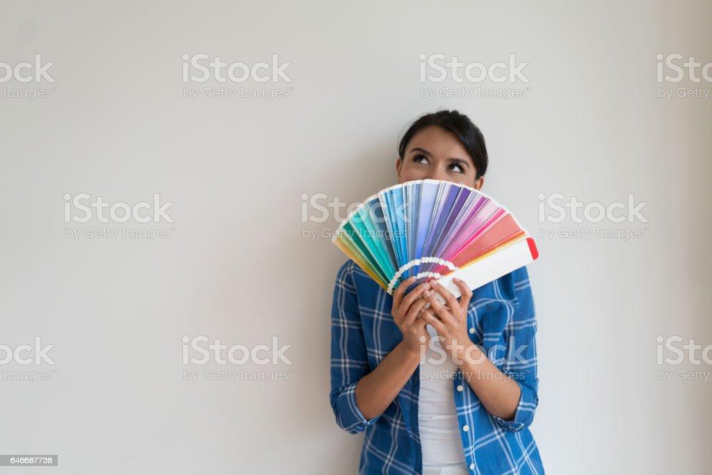 Nachdenkliche Frau die Farbe ihres Hauses denken Lizenzfreies stock-foto