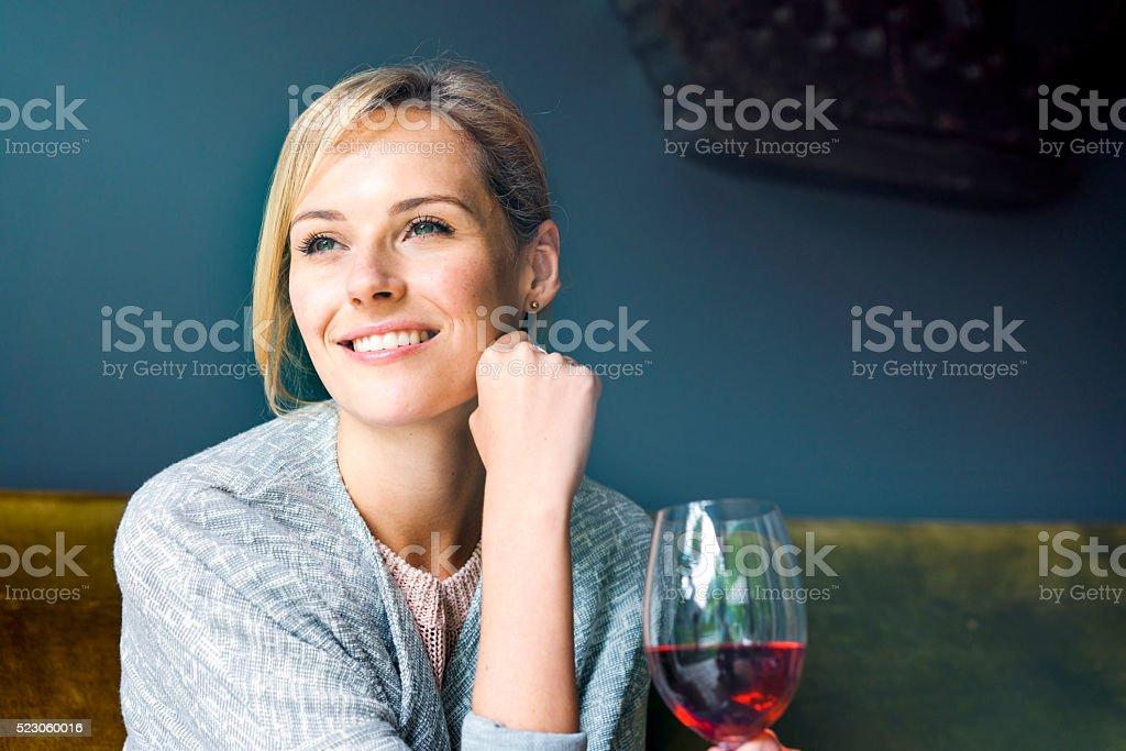 Bien femme avec verre de vin rouge, à la maison - Photo