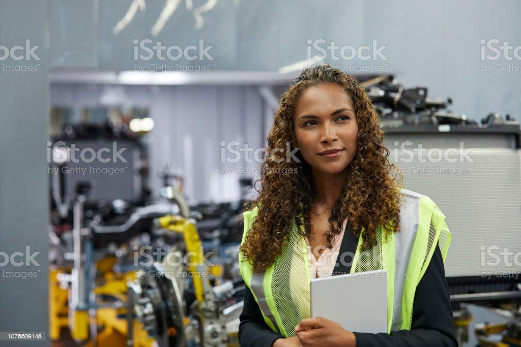 Nachdenkliche junge Ingenieurin mit Dokument – Foto