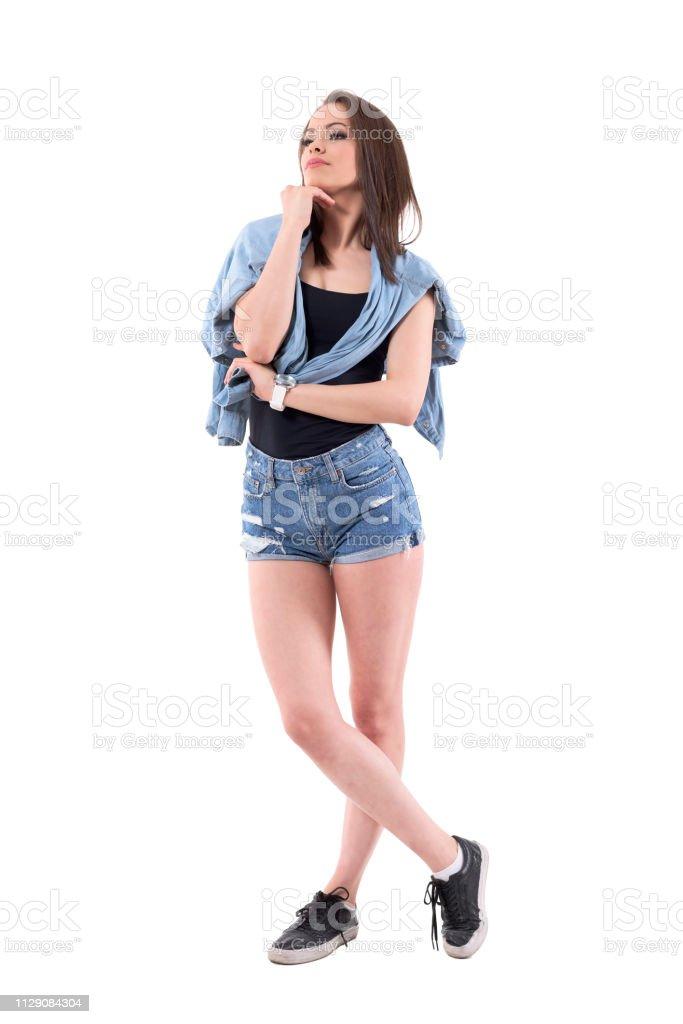 Mujer Joven Pensativa En Dril De Algodon Pantalones Cortos Y Pantalones Vaqueros Chaqueta Pensando Y Mirando A Foto De Stock Y Mas Banco De Imagenes De A La Moda Istock