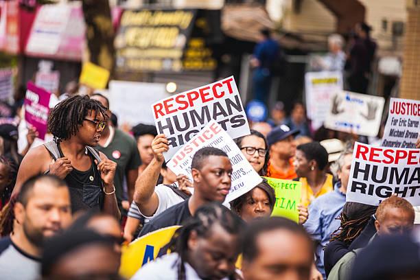 des milliers de personnes à protester contre nypd en août 2014 - 1er mai photos et images de collection