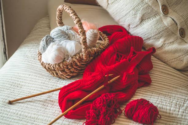 faden zum stricken in einem korb nahaufnahme. stricken als hobby. zubehör zum stricken - strickmantel stock-fotos und bilder