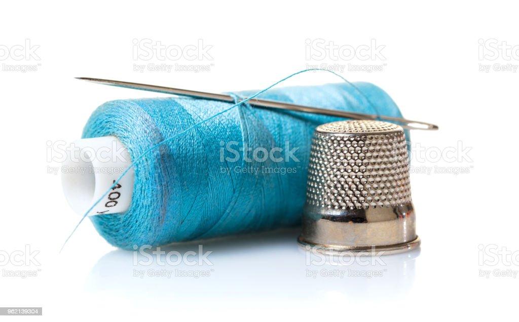 Thread com agulha e dedal - foto de acervo