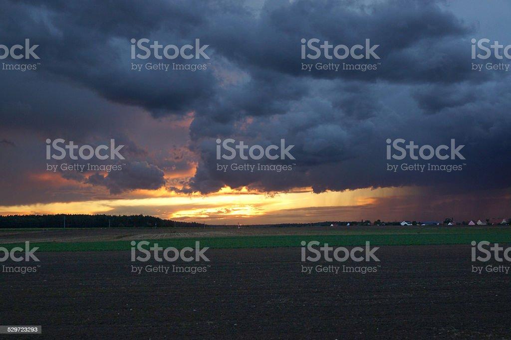 Bedrohlicher Himmel bei Sonnenuntergang stock photo