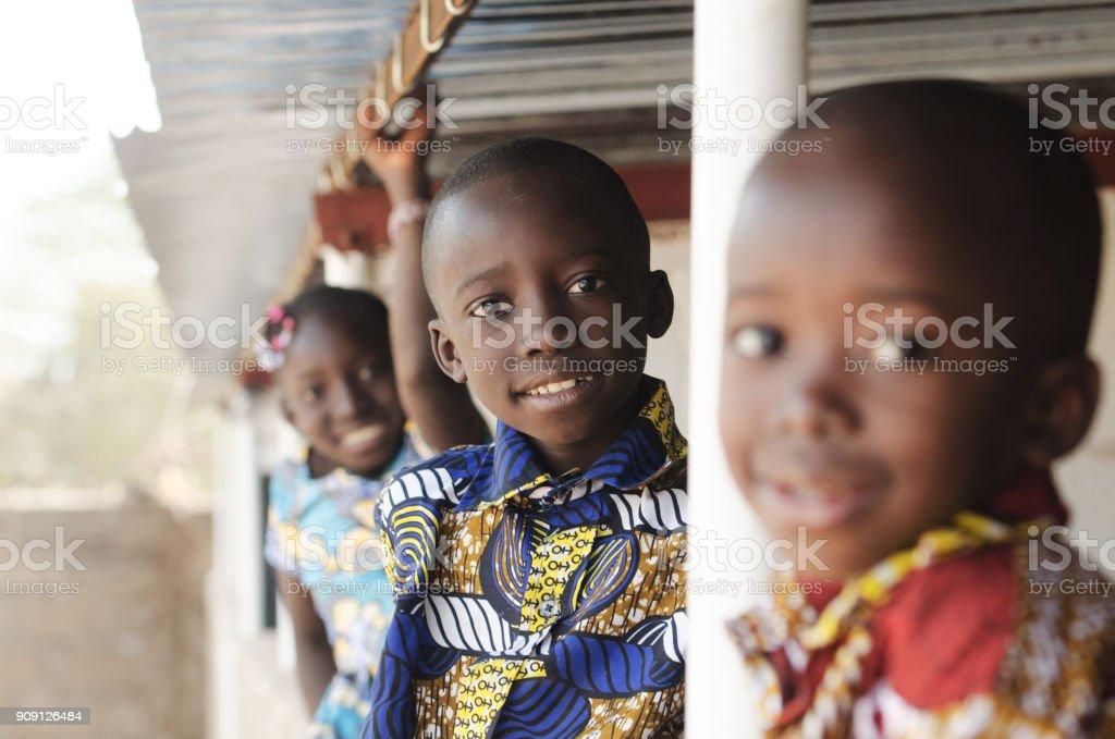 Tres africanos los niños sonriendo y ríe al aire libre - foto de stock