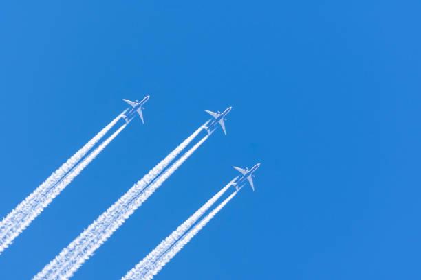 세 비행기 큰 두 엔진 항공 공항 밀수 구름 - 복엽기 뉴스 사진 이미지