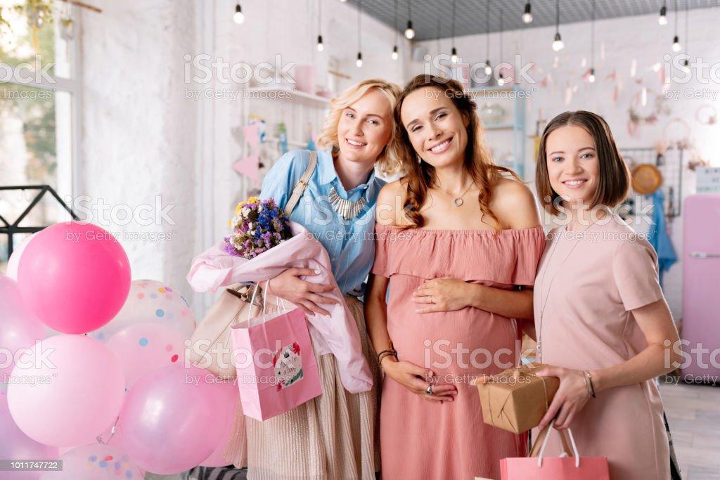 将来親になることについて話す 3 人の魅力的な女性 ストックフォト