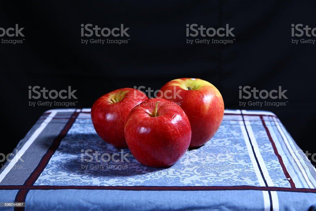 Tres manzanas sobre un fondo negro. foto de stock libre de derechos
