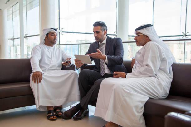 Drie Arabische zakenlieden die zakendoen foto