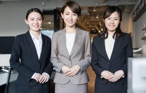 オフィスの 3 つのアジア女性。 - ビジネスフォーマル ストックフォトと画像