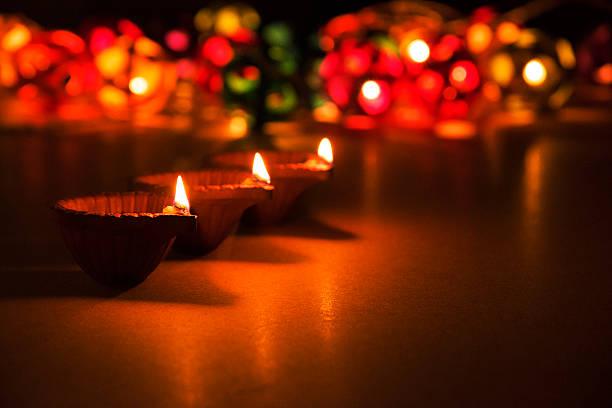 Drei wunderschönen diwali diya, geringe Tiefenschärfe, bokeh – Foto