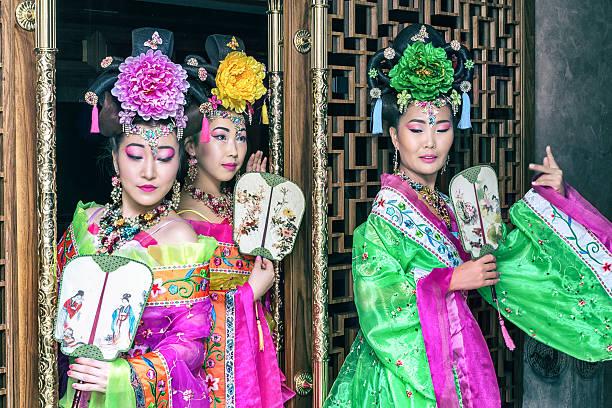 three beautiful geisha in traditional national dress - japanischer fächer stock-fotos und bilder