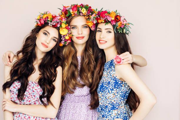 três lindas meninas - mulher flores - fotografias e filmes do acervo