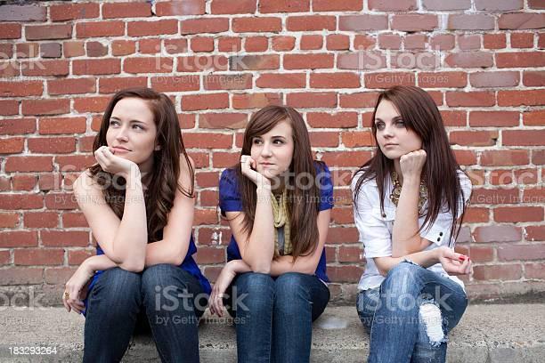 Die Drei Besten Freundinnen Sitzen Wegsehen Im Freien Stockfoto und mehr Bilder von 16-17 Jahre