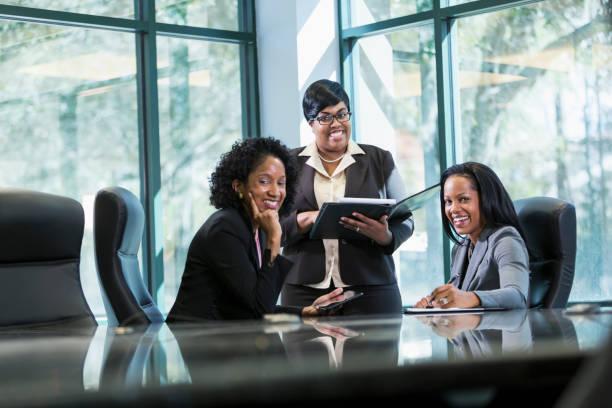 drei schwarze frauen im business-meeting - kleidung amerikanischer ureinwohner stock-fotos und bilder
