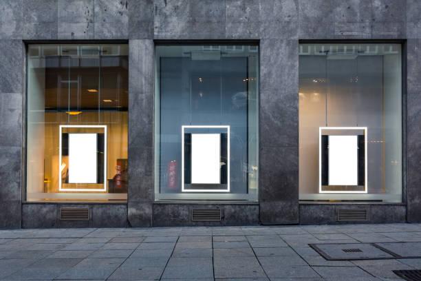 Drei leere Werbung Schaufenster isolierten weißen Stein Gebäude Wall öffentlichen Mock Up – Foto