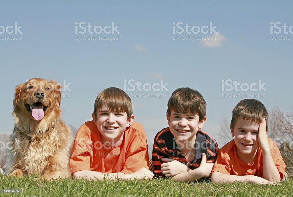 Três meninos e um cão foto royalty-free