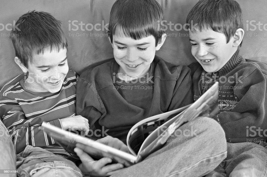 Três meninos leitura foto royalty-free