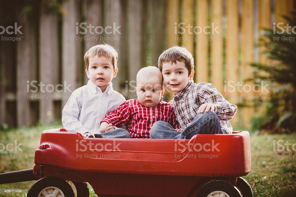Drei Brüder Sitzbereich im red wagon in ihrem Hof – Foto