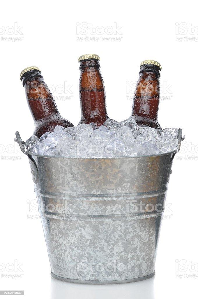 Três garrafas de cerveja marrom com balde de gelo - foto de acervo