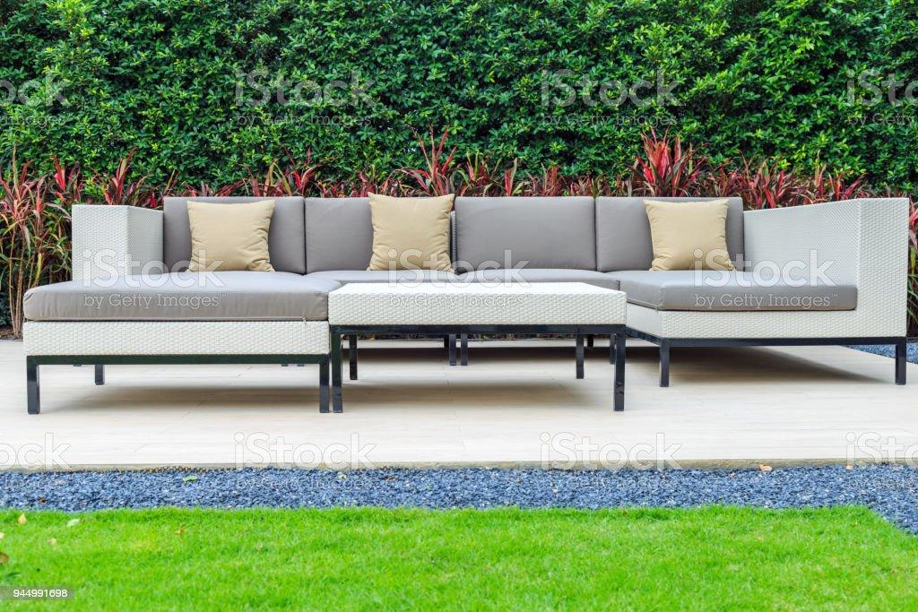 Un Trois Oreiller Marron Et Gris Coussin Sur Un Canapé En Osier Moderne  Dans Le Jardin