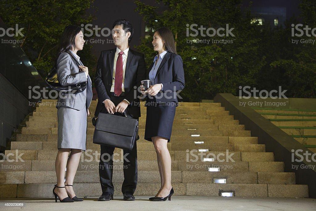 Três pessoas de negócios falando no parque - foto de acervo