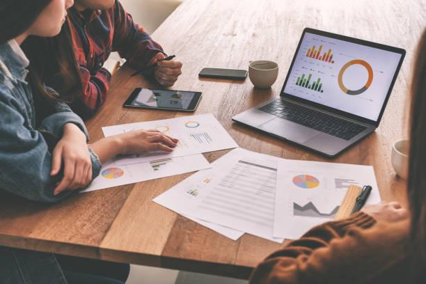 Drei Geschäftsleute arbeiten und diskutieren gemeinsam in einem Treffen über das Geschäft – Foto