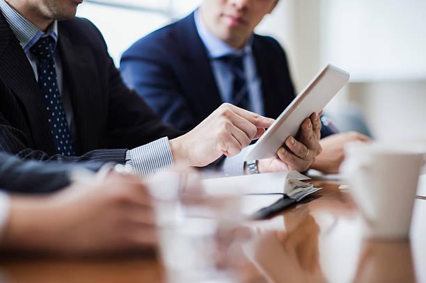 会議室でミーティングする3人のビジネスマン - ビジネスマン 日本人 ストックフォトと画像