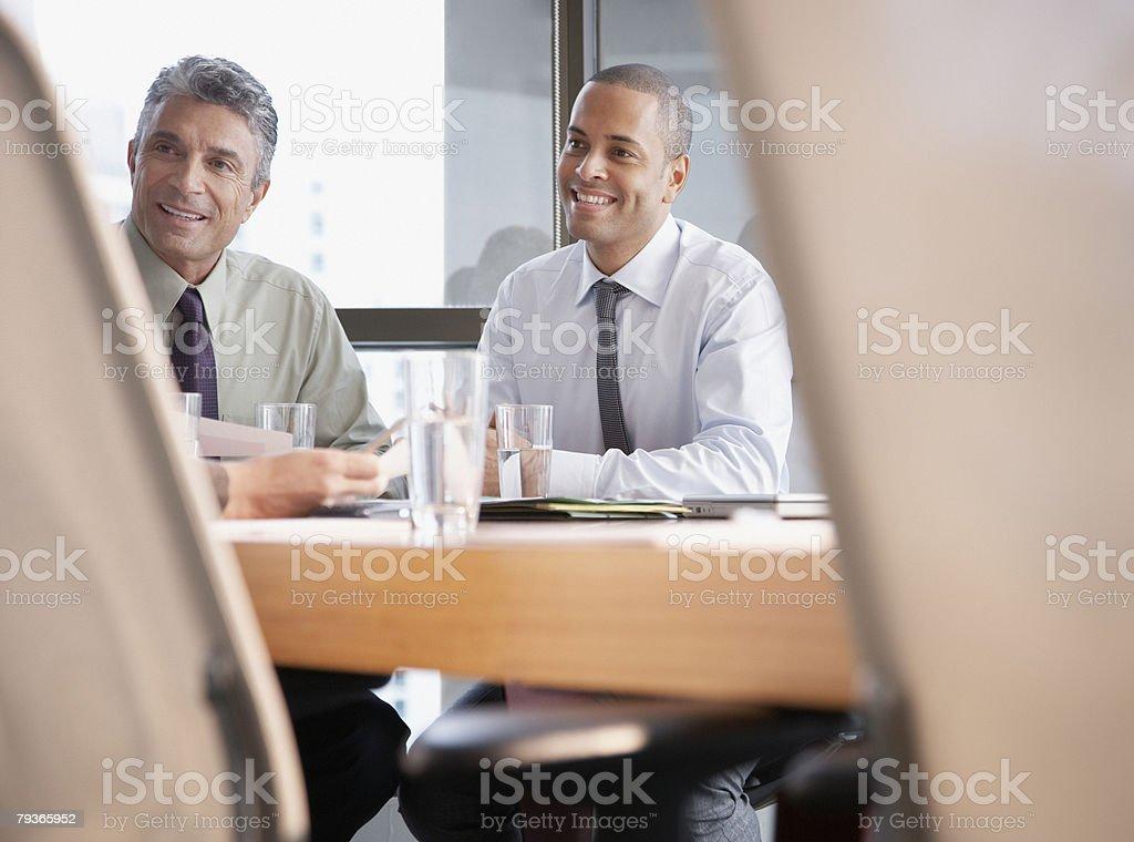 3 businesspeople 있는 회의실 하나의 카메라 royalty-free 스톡 사진