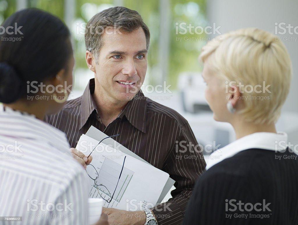 3 businesspeople 사무실에서 토킹 royalty-free 스톡 사진