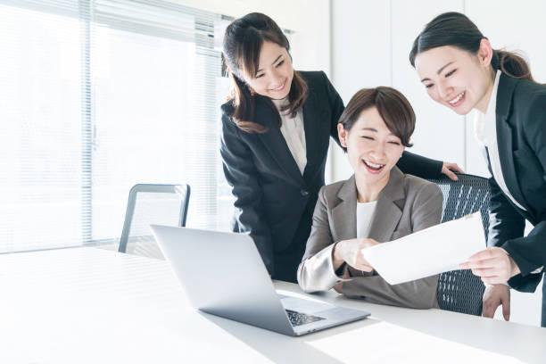 drei unternehmerinnen im büro arbeiten. positiven arbeitsplatzkonzept. - einen gefallen tun stock-fotos und bilder