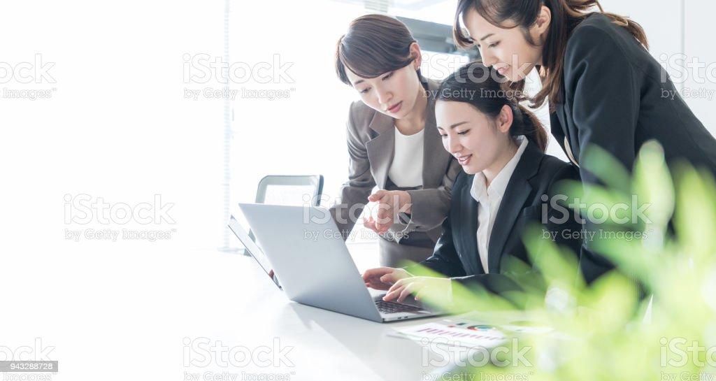 オフィスで働く 3 つのビジネスウーマン。職場のコンセプトです。 ストックフォト