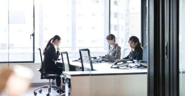 オフィスで働く 3 つのビジネスウーマン。職場のコンセプトです。 - オフィス家具 ストックフォトと画像