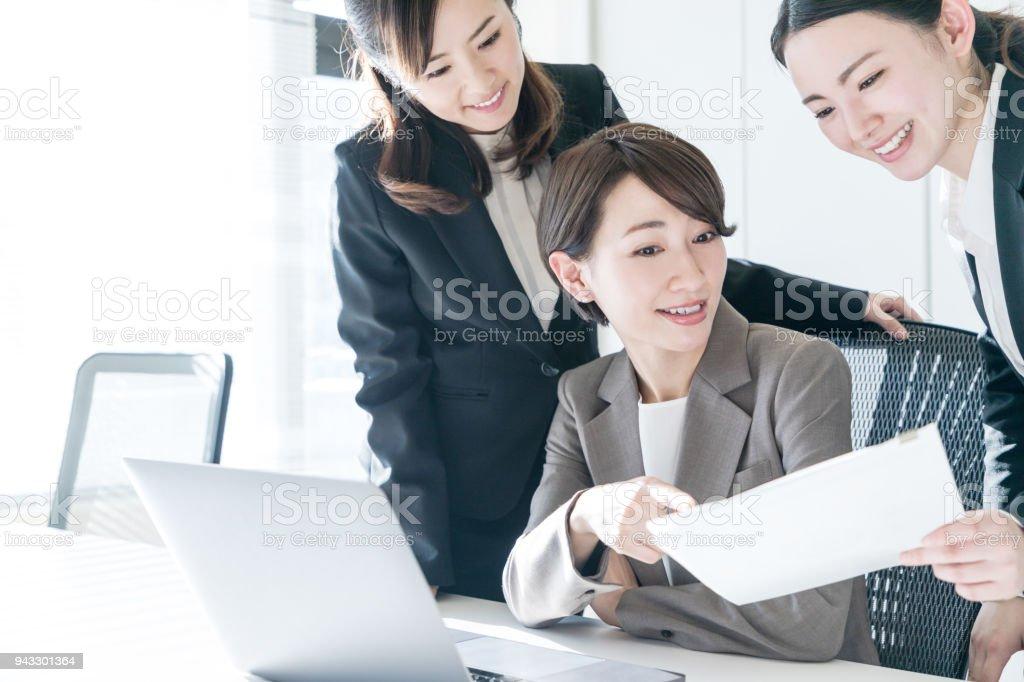 Tre kvinnliga företagare arbetar på kontoret. Positiv arbetsplats koncept. bildbanksfoto