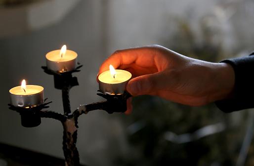 교회에는 손을 3 초 기도하기에 대한 스톡 사진 및 기타 이미지