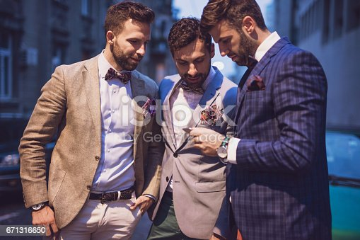 ᐈ Imagen De Tres Encantadora Hombres Bien Vestidos Ir A