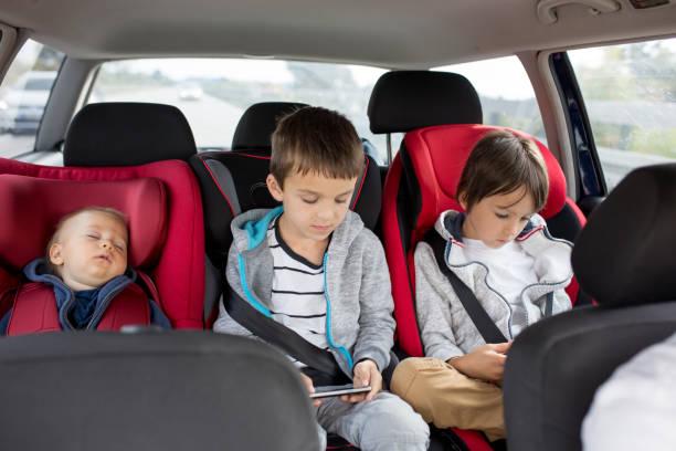Tres niños, niños, hermanos, personas viajando en los asientos - foto de stock