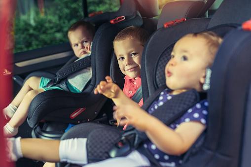 Tres Niños En Sillita De Seguridad Foto de stock y más banco de imágenes de 12-23 meses