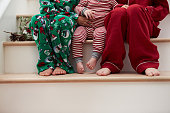 3 歳以下のお子様には、パジャマステアズクリスマスに座る