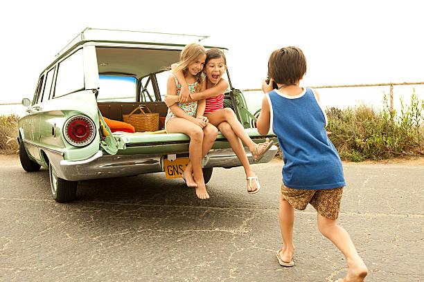 drei kindern sitzen auf der rückseite der estate auto fotografieren - kombi stock-fotos und bilder