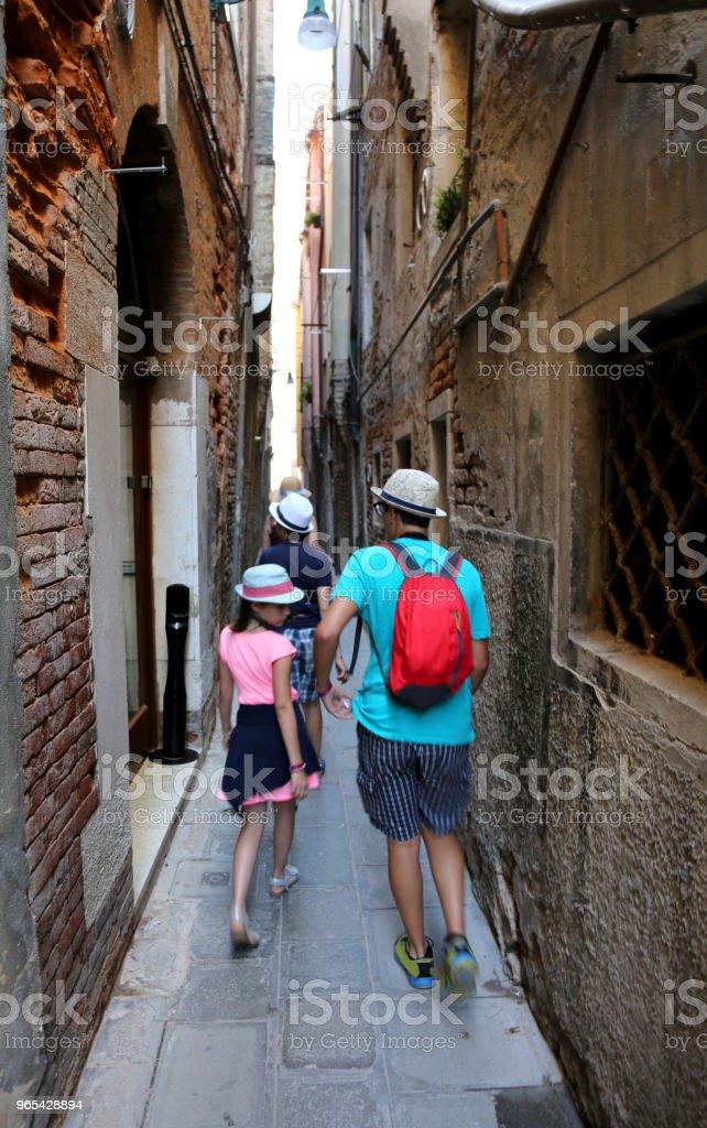 trois enfants en se promenant les ruelles de Venise - Photo de Adolescence libre de droits