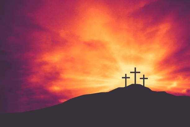 tre kristna påsk och långfredagen semester korsar på kullen av golgata med färgglada moln i sky bakgrund - kors bildbanksfoton och bilder