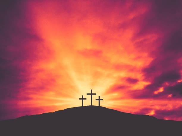 três cruzes de christian easter na colina do calvário com nuvens coloridas no céu - cristianismo - fotografias e filmes do acervo