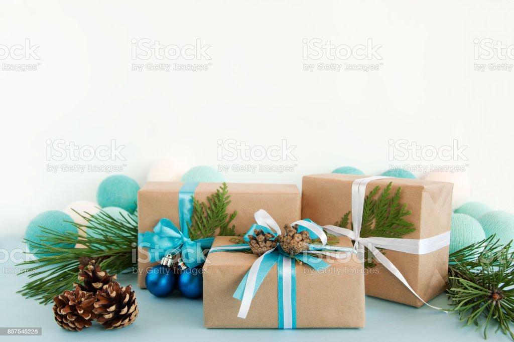 Weihnachtsbeleuchtung Kegel.Drei Weihnachtsgeschenkboxen Verpackt Von Kraftpapier Blauen Und