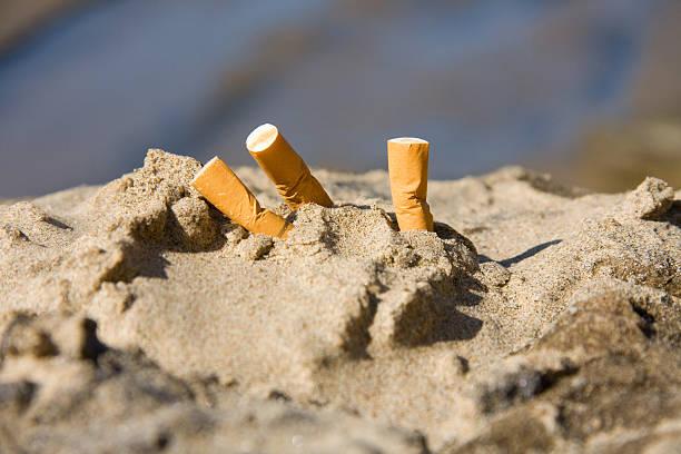 tre mozziconi di sigarette - cicca sigaretta foto e immagini stock