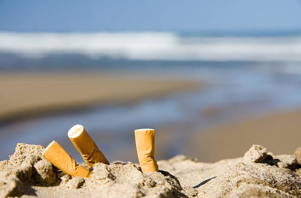 tre sigarette sulla spiaggia - cicca sigaretta foto e immagini stock