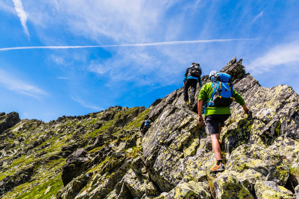 Kaya sırtında üç tırmanıcılar. stok fotoğrafı