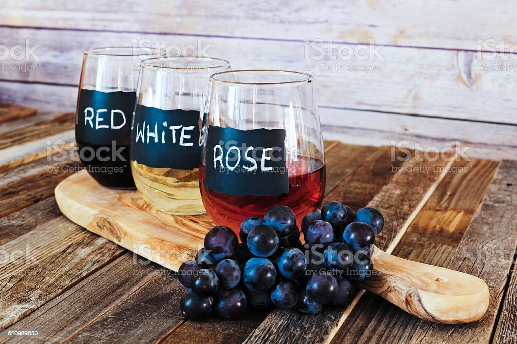 Three color wine flight in label glasses close up foto royalty-free