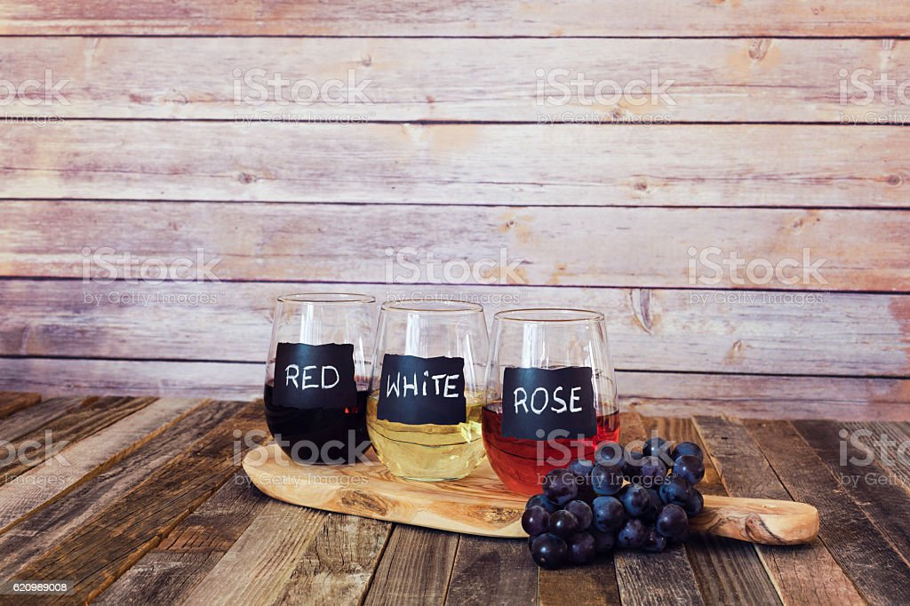 Three color wine flight in label glasses foto royalty-free